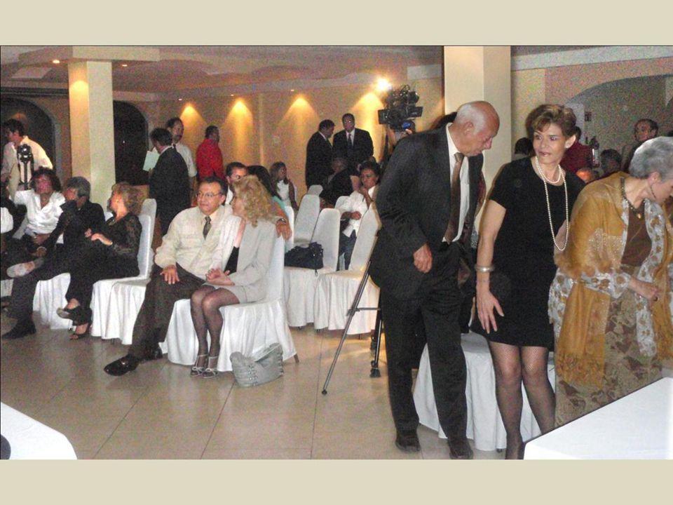 De traje azul, destaca la recordad esposa de Don Angel Fernández, Gloria María