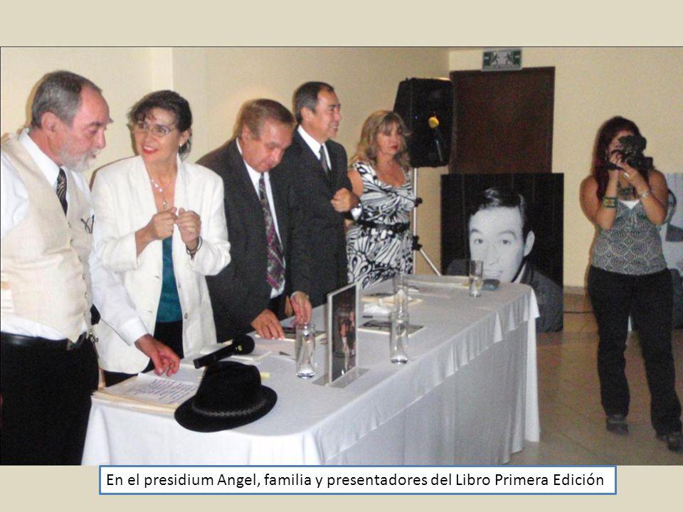 En el presidium Angel, familia y presentadores del Libro Primera Edición