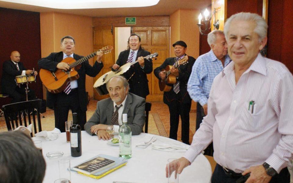 l feudo de Manolo Llaca y su amable sonrisa nos dieron la bienvenida luciendo sus mejores galas para celebrar el aniversario de Miguel Luna y Parra. N
