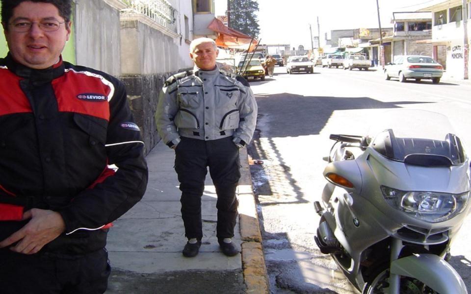 Erick enfrente del TANQUE. Pueblo cerca de Malinalco