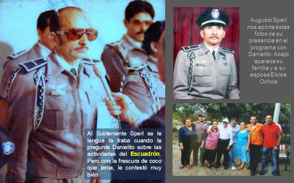Nuestro jefe el Teniente Coronel Edmundo Ruíz Pérez otorga a Danielito una credencial del Escuadrón en señal de reconocimiento a su labor tesonera de muchos años en la tele