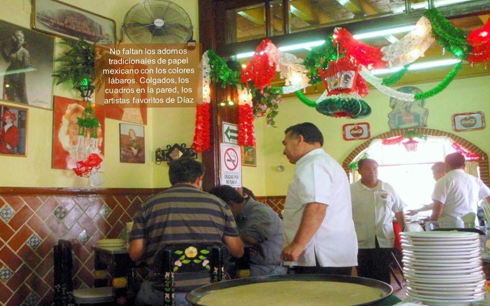 No faltan los adornos tradicionales de papel mexicano con los colores lábaros.