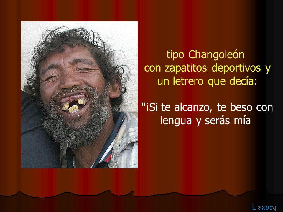 tipo Changoleón con zapatitos deportivos y un letrero que decía: