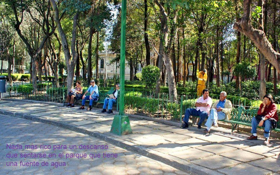 Nada mas rico para un descanso que sentarse en el parque que tiene una fuente de agua