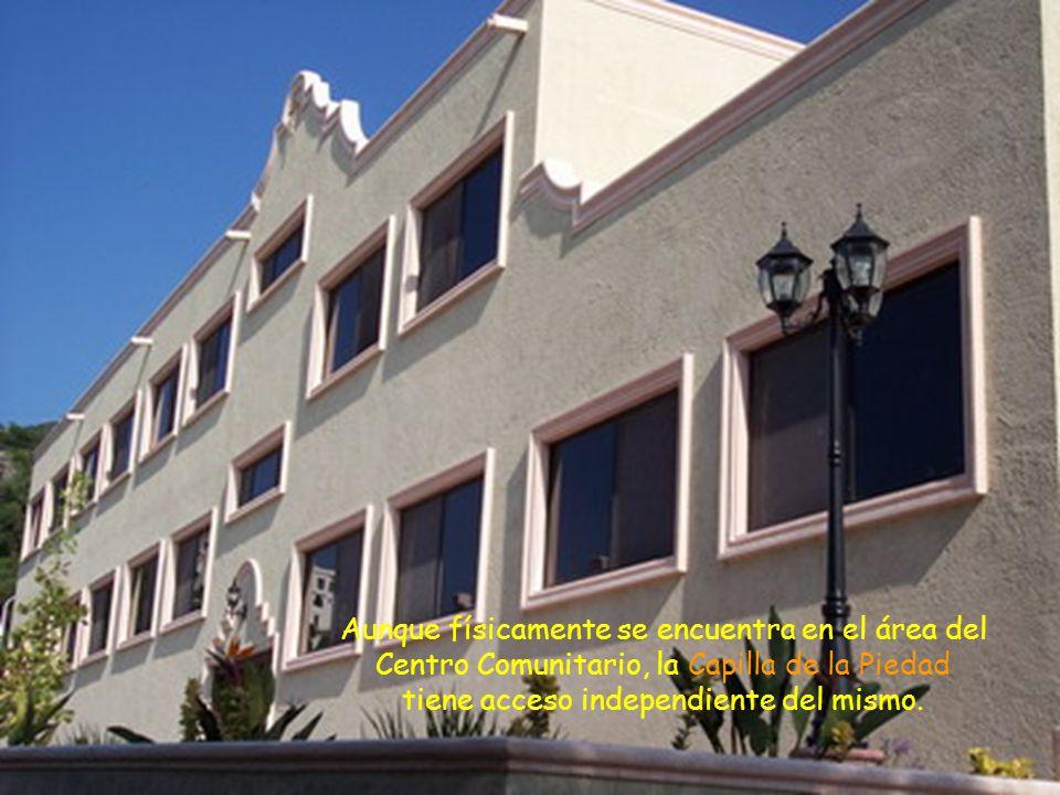 Exteriormente se incorpora armónicamente al conjunto del Templo Parroquial y del Centro Comunitario.