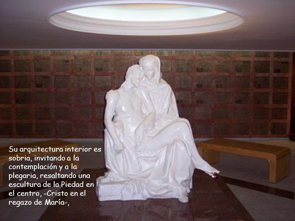 Su arquitectura interior es sobria, invitando a la contemplación y a la plegaria, resaltando una escultura de la Piedad en el centro, -Cristo en el re