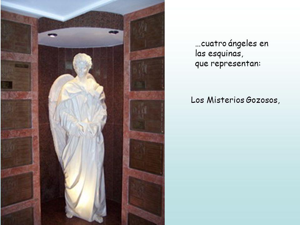 …cuatro ángeles en las esquinas, que representan: Los Misterios Gozosos,