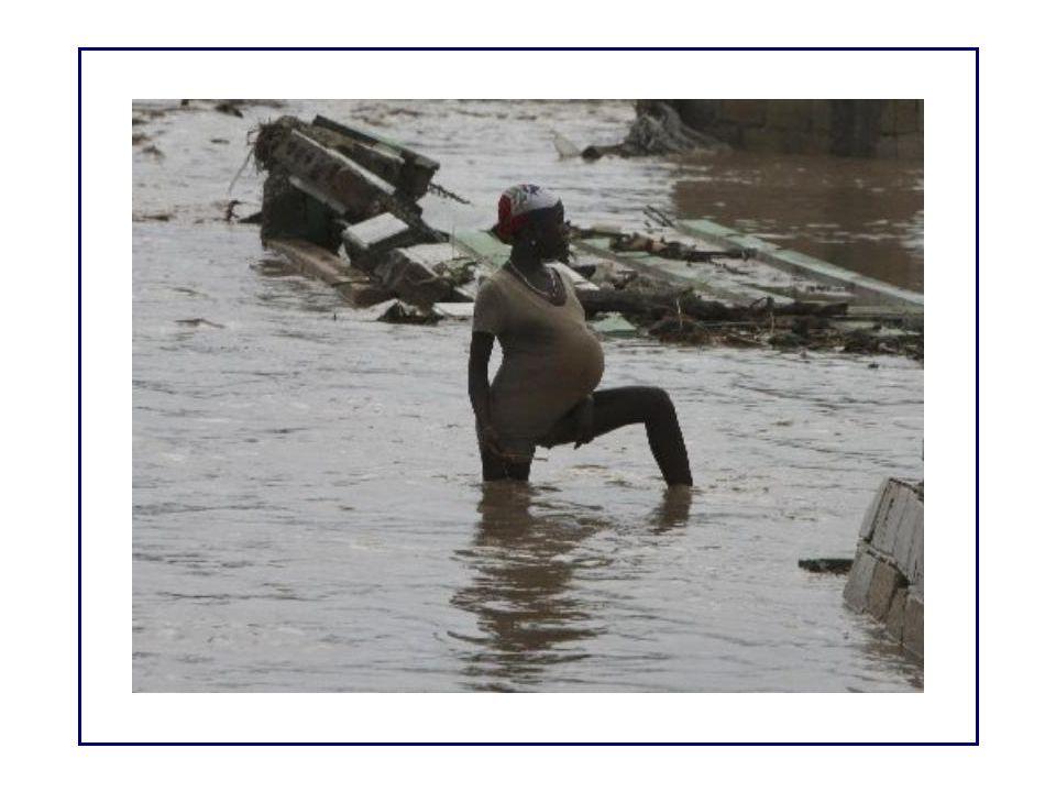 Miércoles 4 de septiembre Ancianos utilizan un bastón para ayudarse a caminar en una calle inundada.