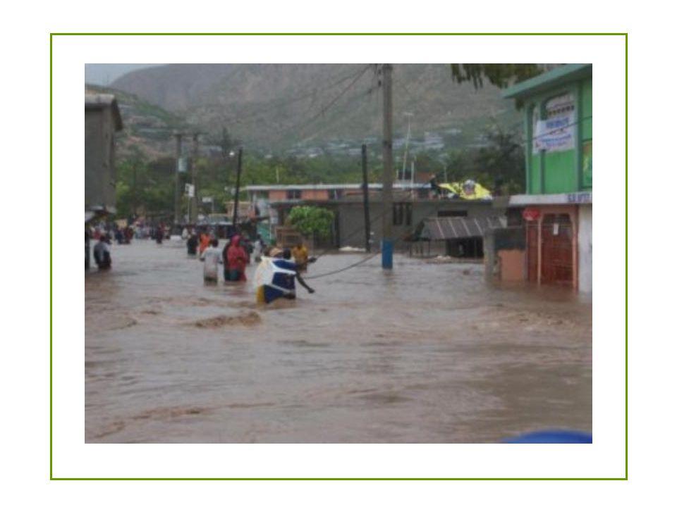 miércoles 4 de septiembre Las mujeres avanzan en una calle inundada después que el huracán devastó el sector de Gonaïves.