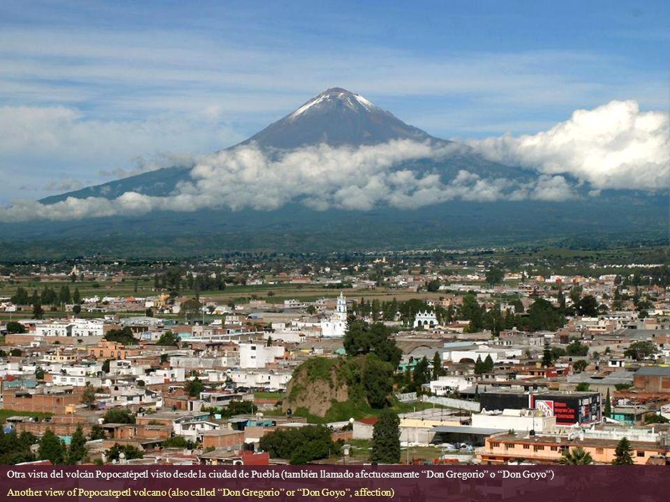 Volcán Popocatépetl, visto desde la ciudad de Puebla. Al frente se encuentra la pirámide de Cholula, con un templo de la época colonial en la cima. Po