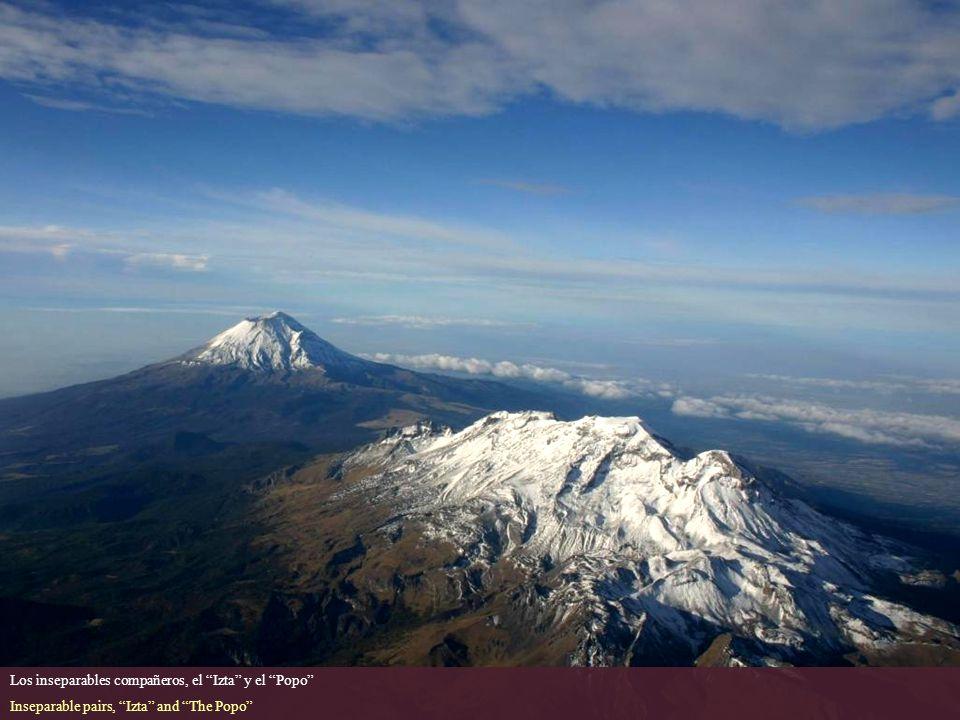 Otra vista del volcán Iztaccihuatl visto desde el Aeropuerto Internacional Benito Juarez, Ciudad de Mexico. Another view of Iztaccihuatl volcano from