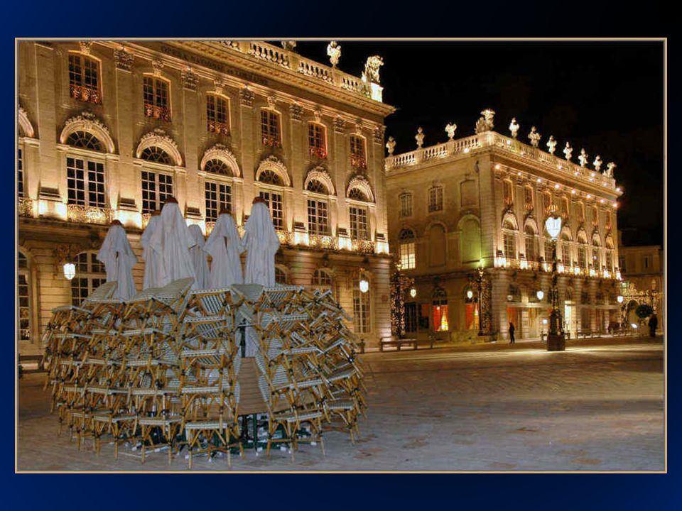 La Place Stanislas fue construida entre 1751 y 1755 en honor del rey de Francia Luis XV, por su suegro, el antiguo rey de Polonia Stanislas Leszczyński quien recibió el ducado de la Lorraine en 1737.