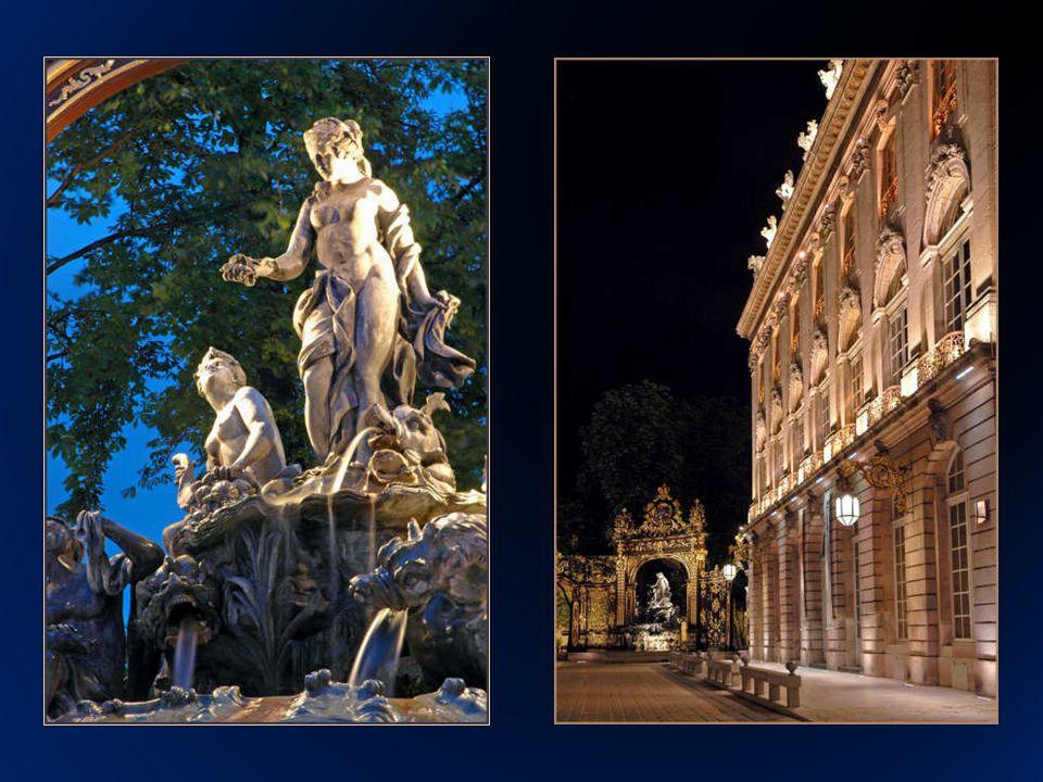 La plaza es el centro neurálgico e histórico de Nancy y la rodean importantes edificios que además forman parte de su conjunto como: lHôtel de Ville, (Ayuntamiento), Hotel de la Reigne, Theâtre de lOpéra, y Museé de Beaux Arts La antinua Place Royale, hoy Place Stanislas de Nancy es más que una simple plaza, es un conjunto arquitectónico único en su época que reagrupaba en un centro las más importantes instituciones abriéndose como un corredor a través de la Place de la Carrière entre la nueva ciudad y la ciudad medieval.