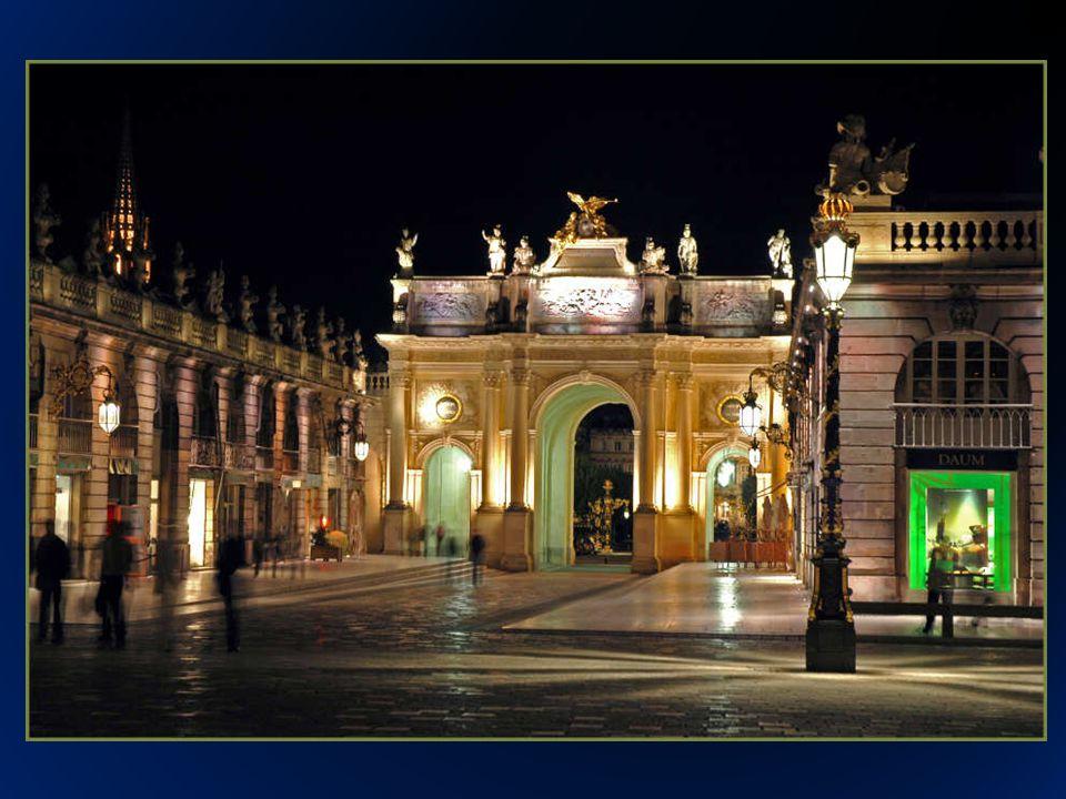 Los arquitectos Emmanuel Héré y Jacques-François Blondel fueron los encargados de su diseño, tiene unas proporciones de (106 x 124 M) y esta rodeada por sus esquinas de una herrería monumental recubiertas de hojas de oro y que fueron obra del escultor Jean Lamour.