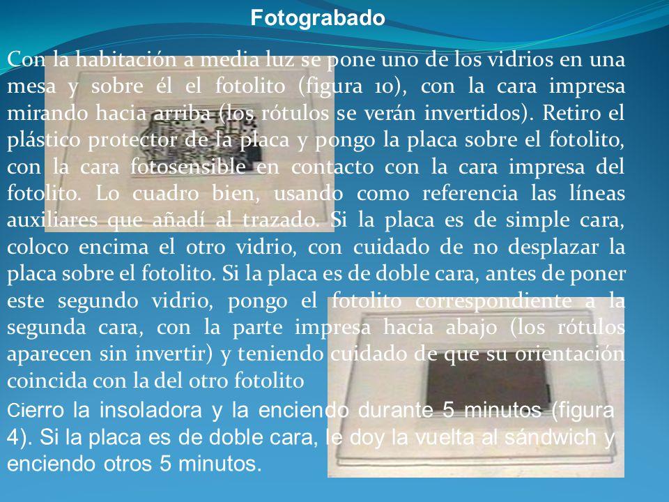 Fotograbado Con la habitación a media luz se pone uno de los vidrios en una mesa y sobre él el fotolito (figura 10), con la cara impresa mirando hacia