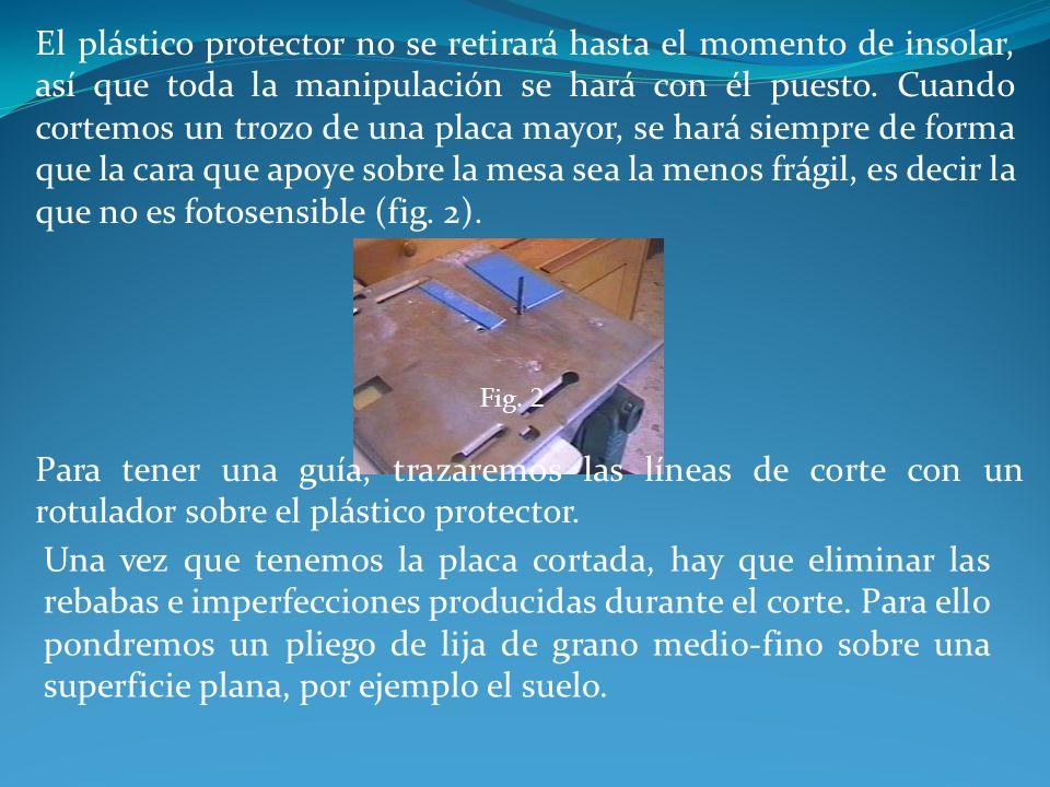 El plástico protector no se retirará hasta el momento de insolar, así que toda la manipulación se hará con él puesto. Cuando cortemos un trozo de una