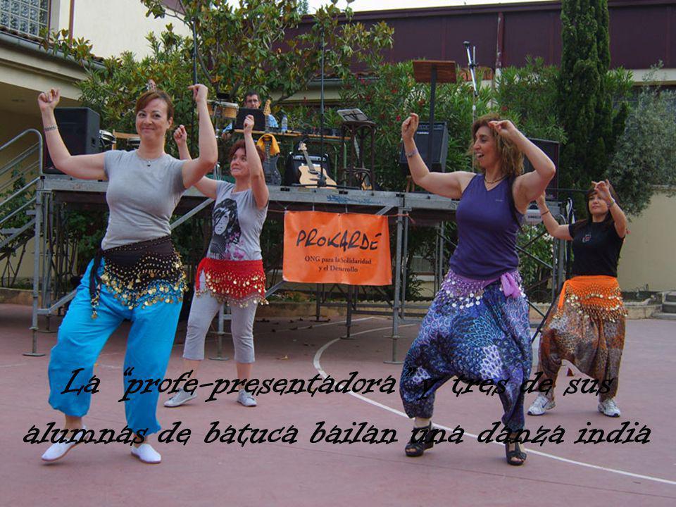 La profe-presentadora y tres de sus alumnas de batuca bailan una danza india