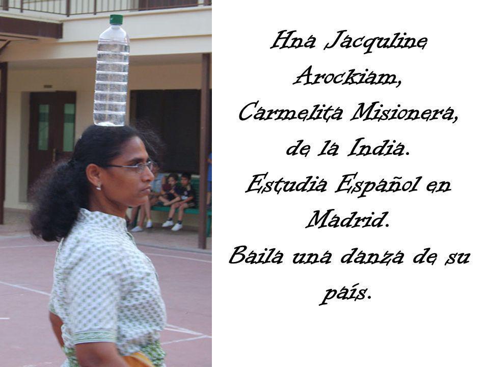 Hna Jacquline Arockiam, Carmelita Misionera, de la India. Estudia Español en Madrid. Baila una danza de su país.