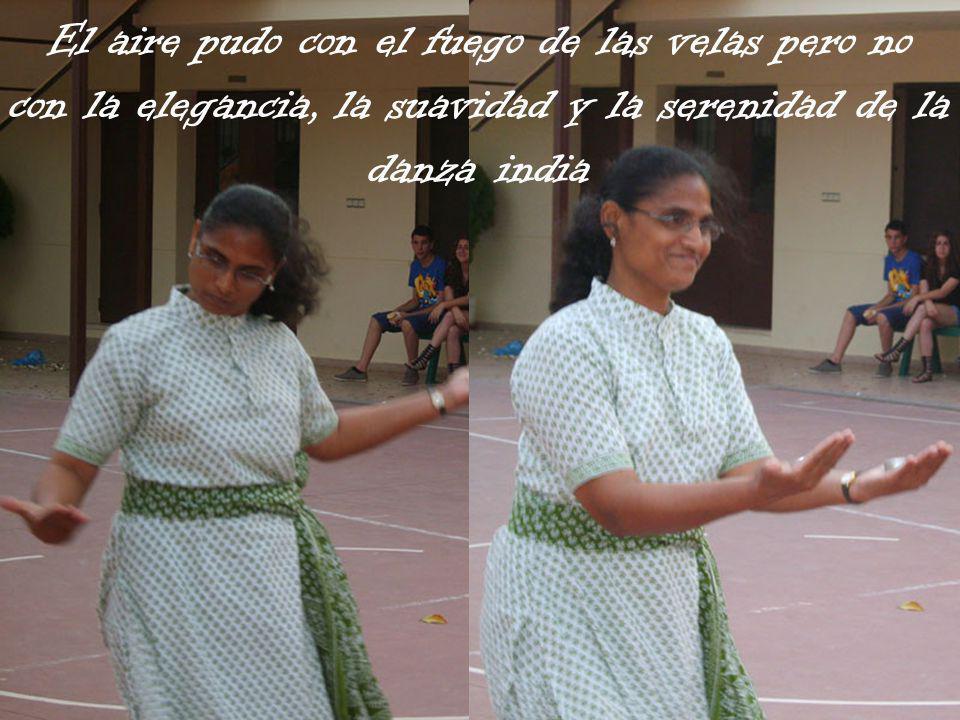 El aire pudo con el fuego de las velas pero no con la elegancia, la suavidad y la serenidad de la danza india