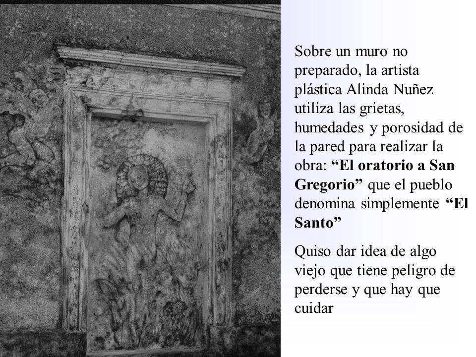 Sobre un muro no preparado, la artista plástica Alinda Nuñez utiliza las grietas, humedades y porosidad de la pared para realizar la obra: El oratorio