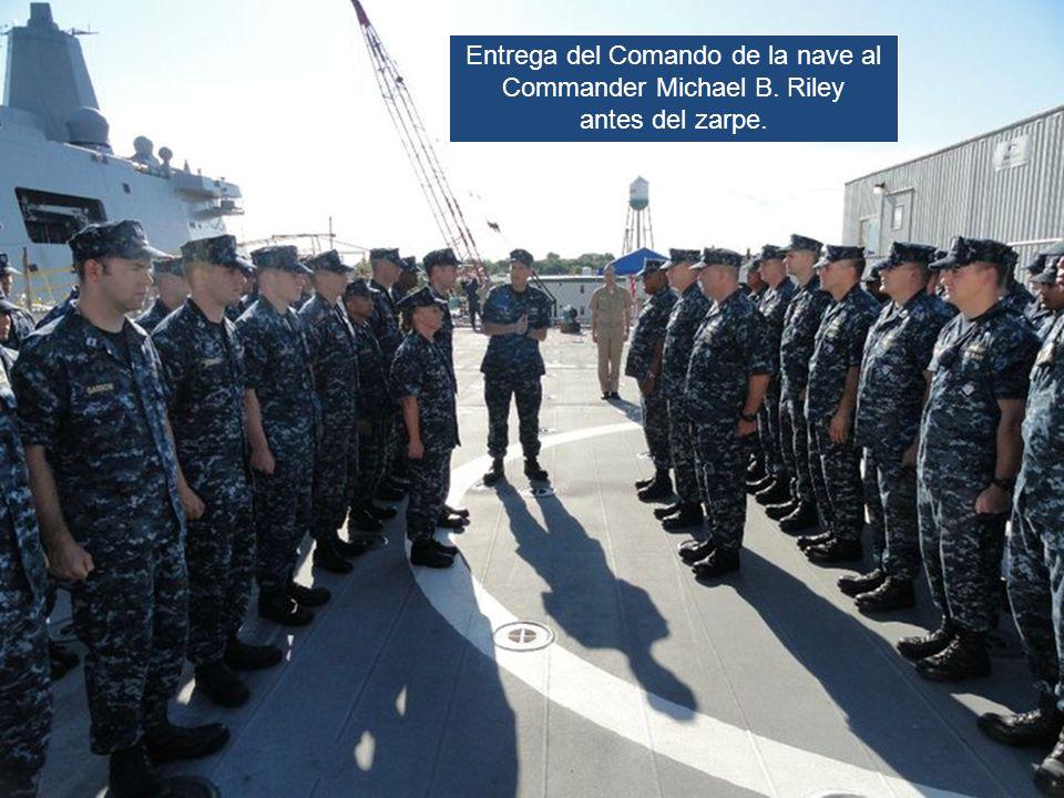Entrega del Comando de la nave al Commander Michael B. Riley antes del zarpe.