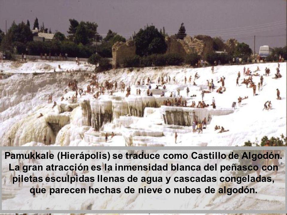 Las capas de piedra caliza en las piscinas se levantan a pasos, uno encima del otro, mientras sigue el flujo continuo de agua.