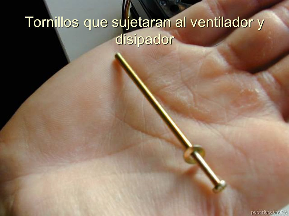 ENSAMBLAJE Y MANTENIMIENTO DE COMPUTADORAS ENSAMBLAJE DE COMPUTADORA UNIVERSIDAD CATOLICA BOLIVIANA SAN PABLO GESTIÓN - 2006 Colocamos el ventilador sobre el disipador