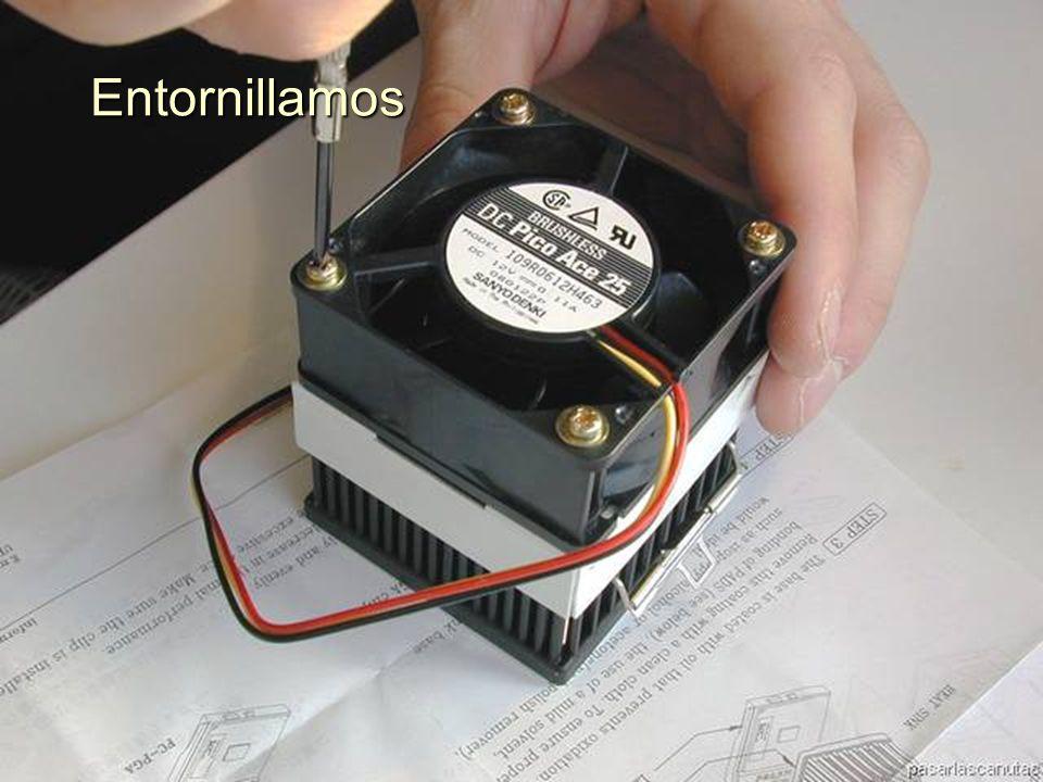 ENSAMBLAJE Y MANTENIMIENTO DE COMPUTADORAS ENSAMBLAJE DE COMPUTADORA UNIVERSIDAD CATOLICA BOLIVIANA SAN PABLO GESTIÓN - 2006 Tornillos puestos en las cuatro esquinas del ventilador