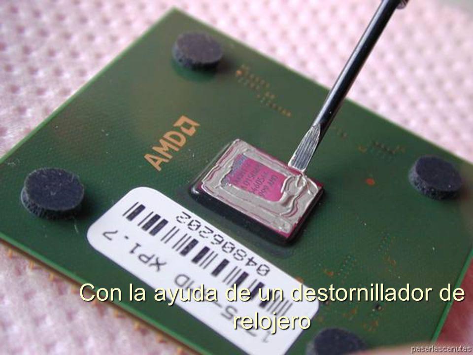 ENSAMBLAJE Y MANTENIMIENTO DE COMPUTADORAS ENSAMBLAJE DE COMPUTADORA UNIVERSIDAD CATOLICA BOLIVIANA SAN PABLO GESTIÓN - 2006 Enganchar la parte articulada en el Zócalo de la CPU
