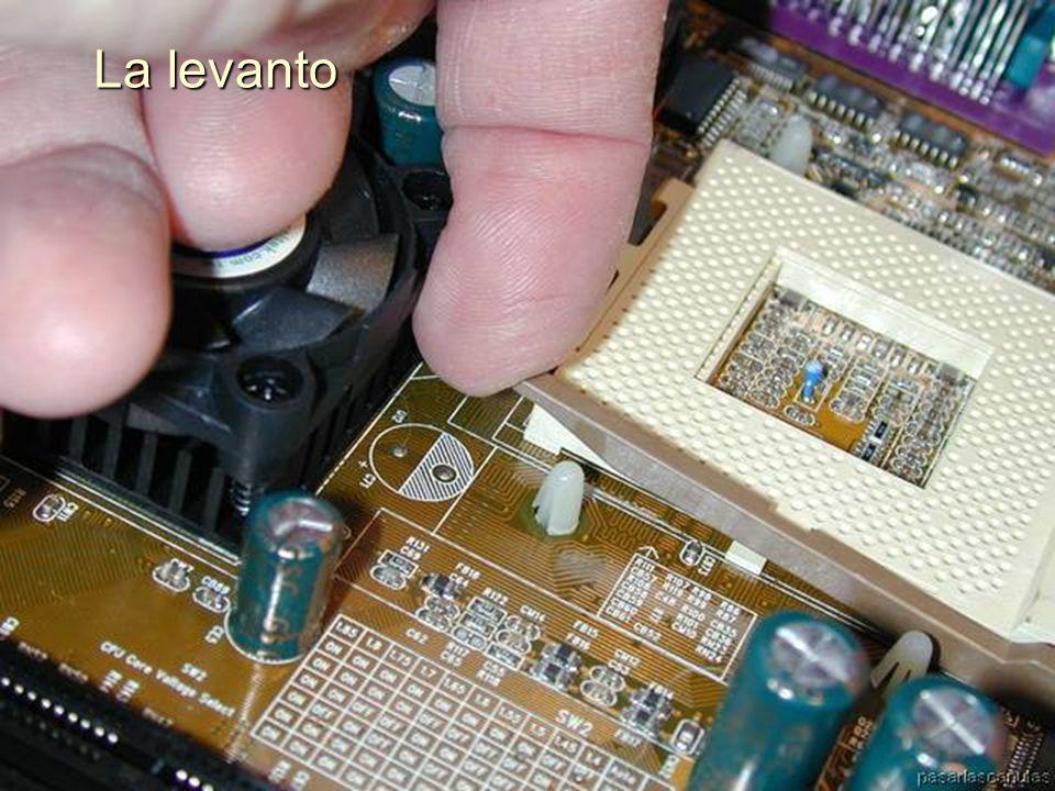 ENSAMBLAJE Y MANTENIMIENTO DE COMPUTADORAS ENSAMBLAJE DE COMPUTADORA UNIVERSIDAD CATOLICA BOLIVIANA SAN PABLO GESTIÓN - 2006 Libero la palanquita de retención del Zócalo