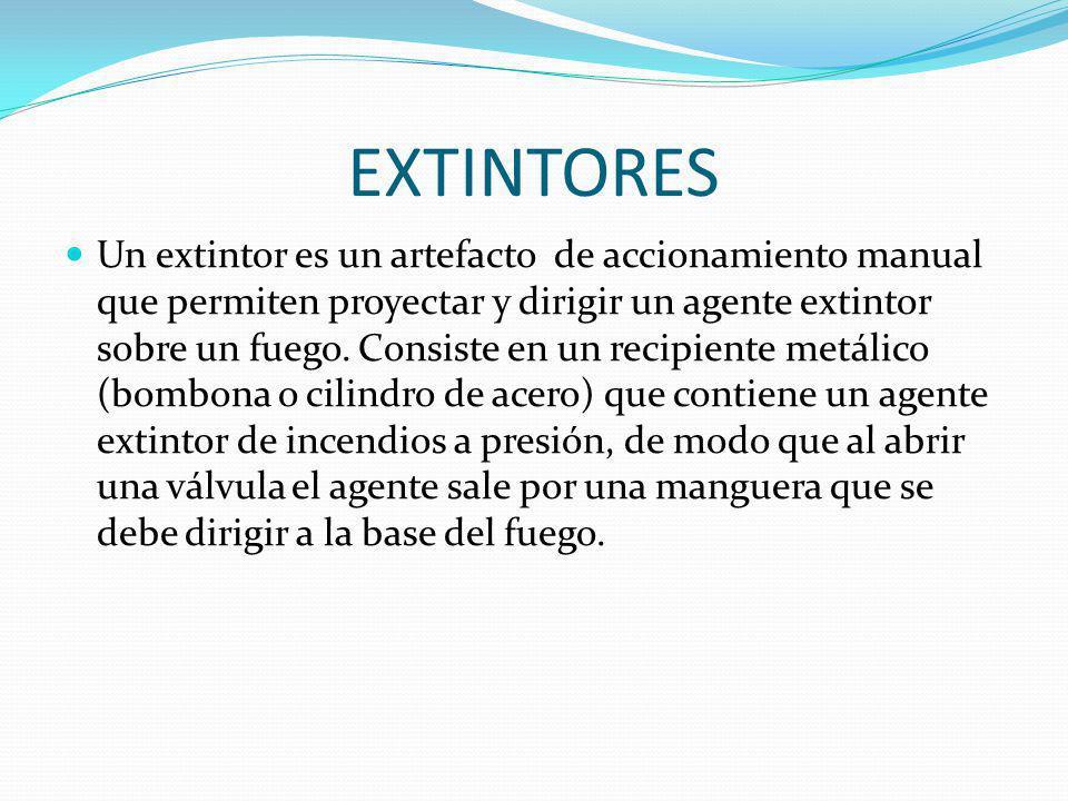EXTINTORES Un extintor es un artefacto de accionamiento manual que permiten proyectar y dirigir un agente extintor sobre un fuego. Consiste en un reci