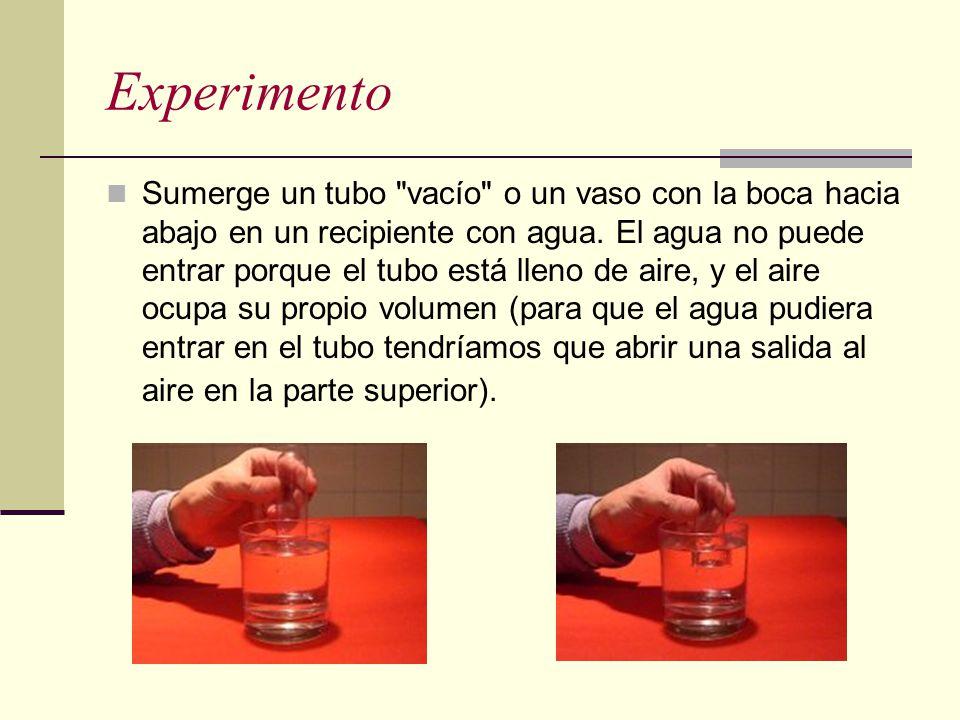Experimento Sumerge un tubo vacío o un vaso con la boca hacia abajo en un recipiente con agua.