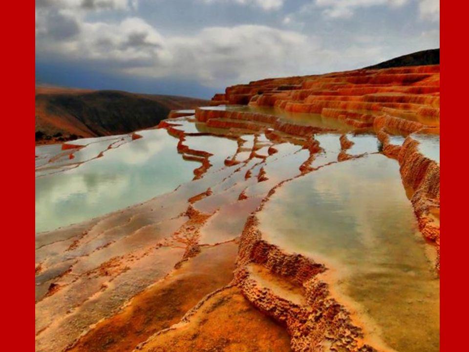 Badab-e Surt.- Irán Estas terrazas son de travertino, una roca sedimentaria depositada por el agua que mana de dos fuentes con minerales distintos.