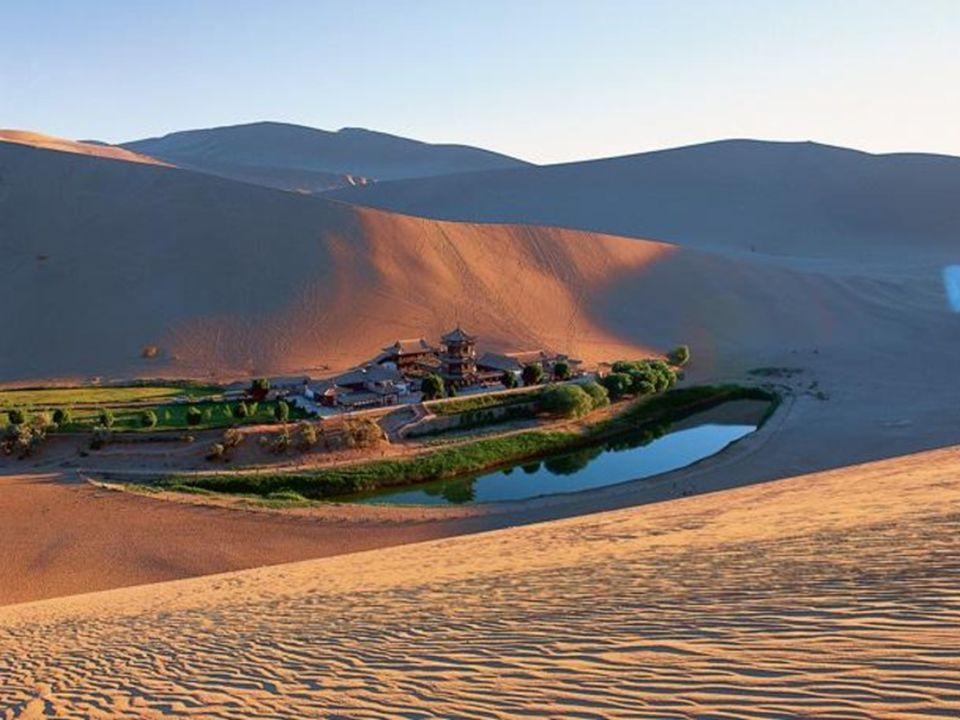 Lago Luna Creciente.- China Yueyaquan es un lago en forma de media luna que se encuentra al borde de un oasis situado a 6 kilometros al sur de la ciudad de Dunhuang.