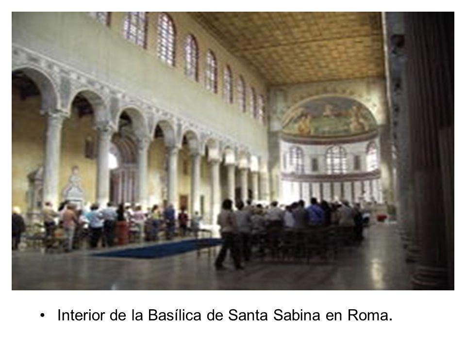 Interior de la Basílica de Santa Sabina en Roma.