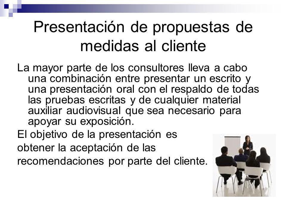 Presentación de propuestas de medidas al cliente La mayor parte de los consultores lleva a cabo una combinación entre presentar un escrito y una prese