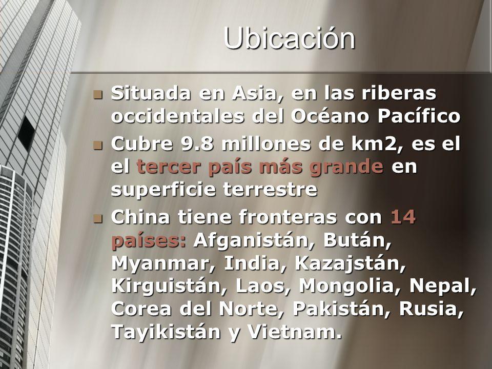 Ubicación Situada en Asia, en las riberas occidentales del Océano Pacífico Situada en Asia, en las riberas occidentales del Océano Pacífico Cubre 9.8 millones de km2, es el el tercer país más grande en superficie terrestre Cubre 9.8 millones de km2, es el el tercer país más grande en superficie terrestre China tiene fronteras con 14 países: Afganistán, Bután, Myanmar, India, Kazajstán, Kirguistán, Laos, Mongolia, Nepal, Corea del Norte, Pakistán, Rusia, Tayikistán y Vietnam.