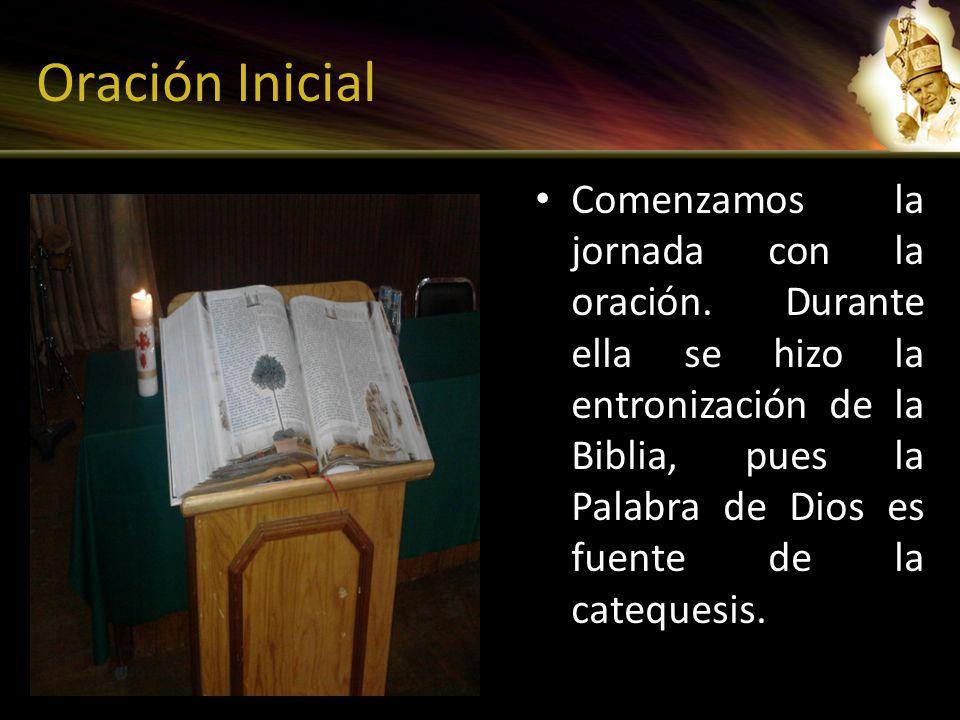Oración Inicial Comenzamos la jornada con la oración. Durante ella se hizo la entronización de la Biblia, pues la Palabra de Dios es fuente de la cate