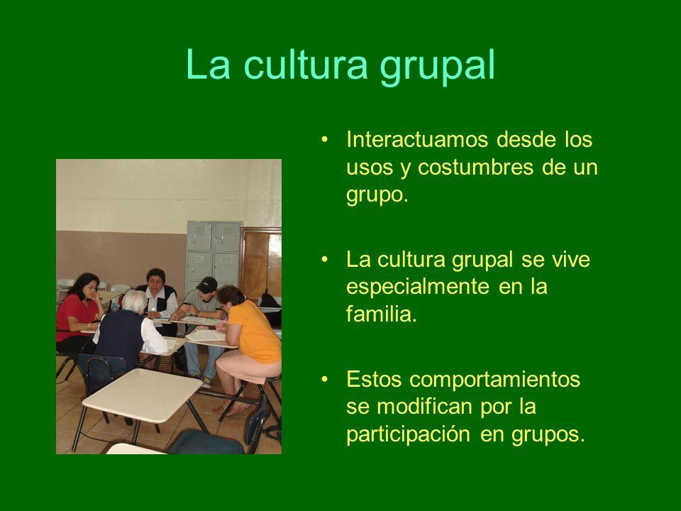La cultura grupal Interactuamos desde los usos y costumbres de un grupo. La cultura grupal se vive especialmente en la familia. Estos comportamientos
