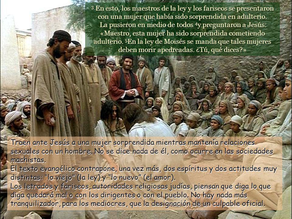 3 En esto, los maestros de la ley y los fariseos se presentaron con una mujer que había sido sorprendida en adulterio.
