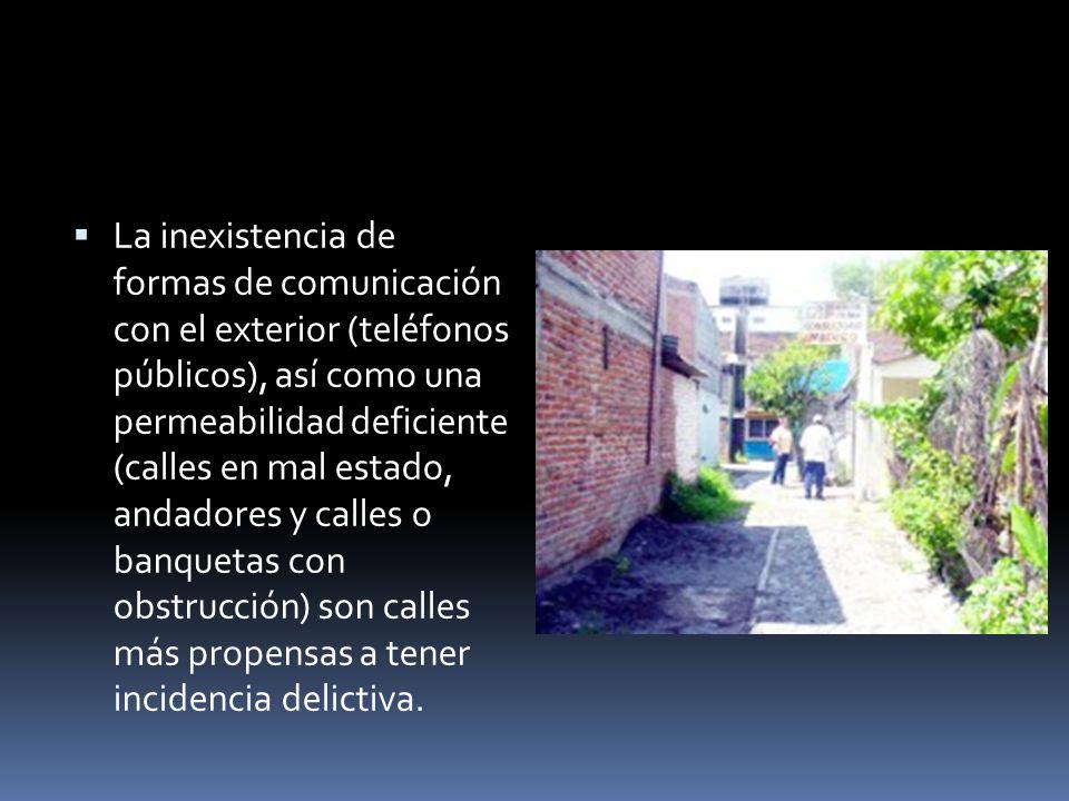 La inexistencia de formas de comunicación con el exterior (teléfonos públicos), así como una permeabilidad deficiente (calles en mal estado, andadores