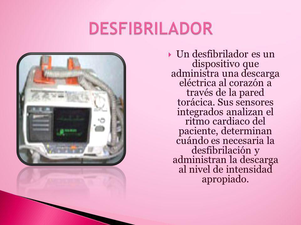 Un desfibrilador es un dispositivo que administra una descarga eléctrica al corazón a través de la pared torácica.