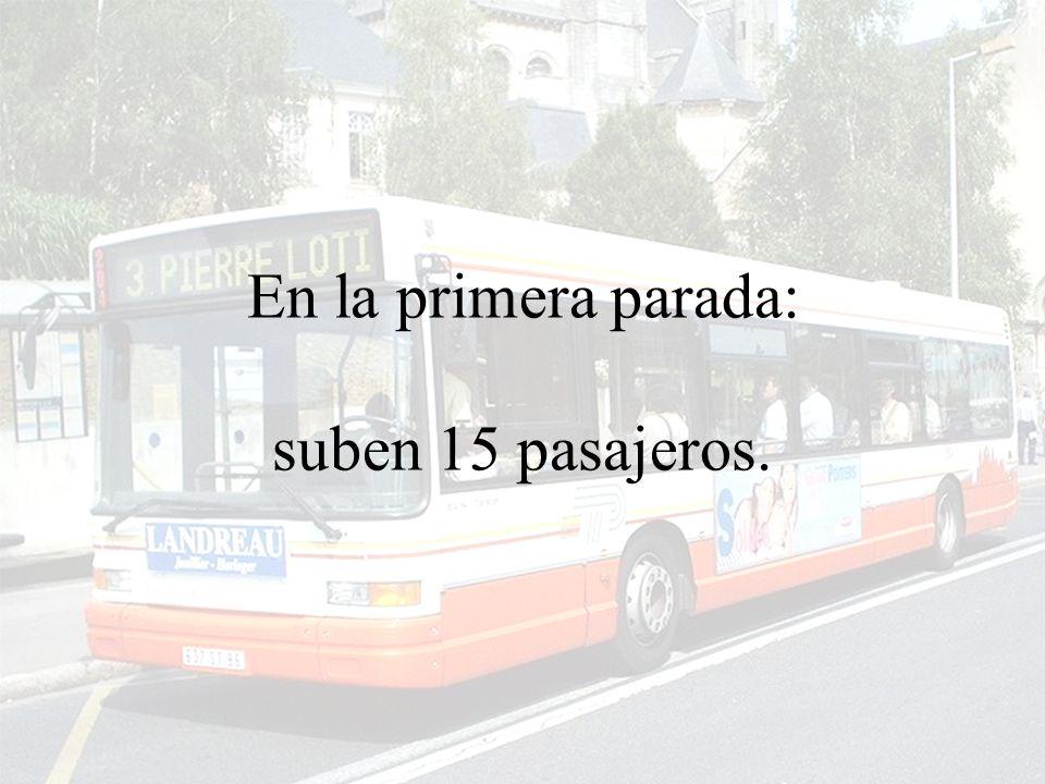 Un autobus parte, vacío, para dar inicio a su recorrido habitual.