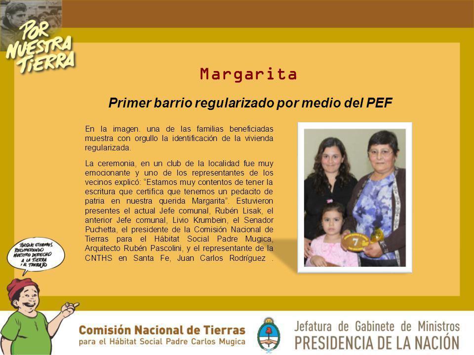 Margarita En la imagen. una de las familias beneficiadas muestra con orgullo la identificación de la vivienda regularizada. La ceremonia, en un club d