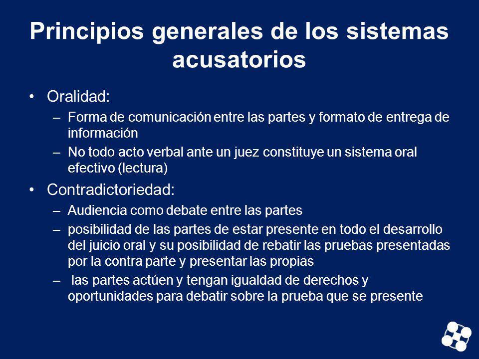 Principios generales de los sistemas acusatorios Oralidad: –Forma de comunicación entre las partes y formato de entrega de información –No todo acto v