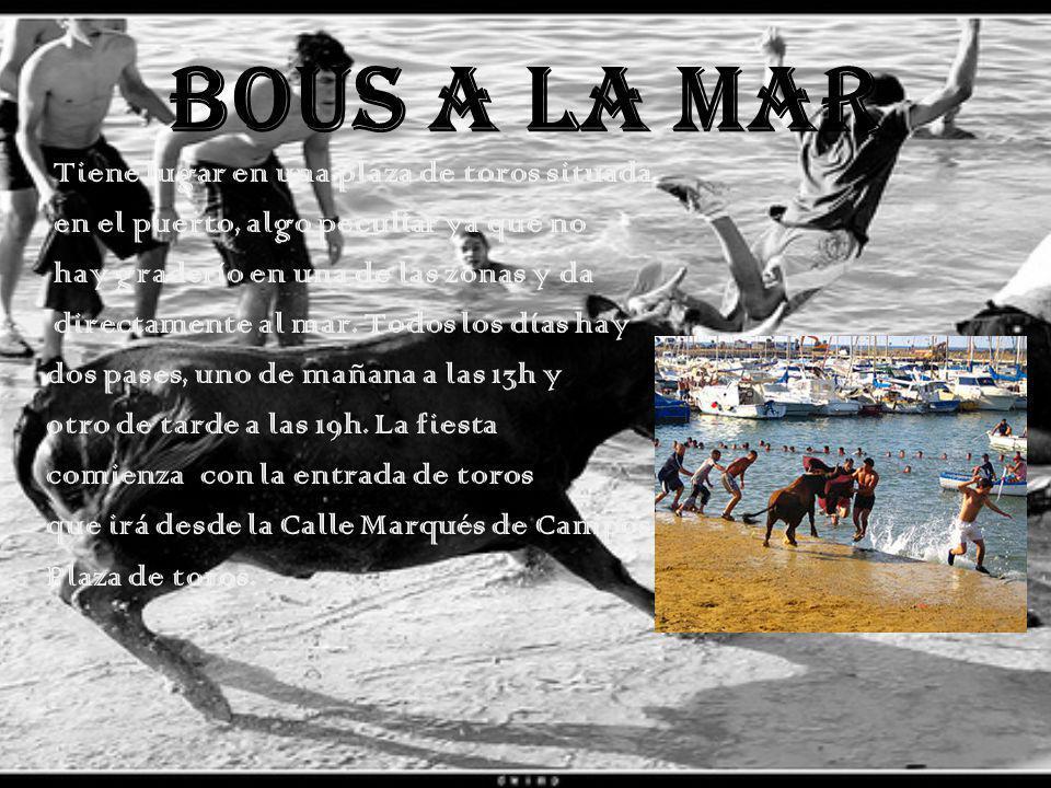 BOUS A LA MAR Tiene lugar en una plaza de toros situada en el puerto, algo peculiar ya que no hay graderío en una de las zonas y da directamente al mar.