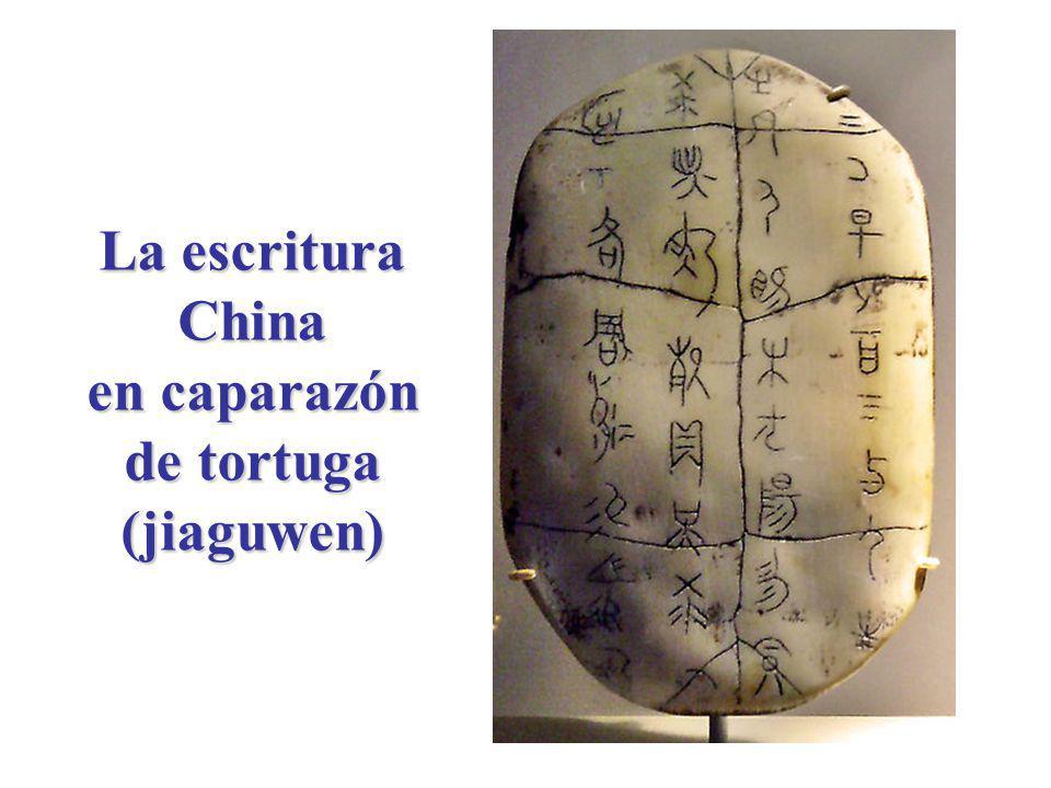 Evolución de los caracteres chinos Dinastía Shang o Yin (1400-1200 ac) Dinastía Zhou (1100-256 ac) ESCRITURA EN HUESO JIAGUWEN ESCRITURA EN BRONCE JINWEN ESCRITURA ESTÁNDAR KAISHU Dinastía Zhou (1100-256 ac) Dinastía Qin (221-207 ac) ESCRITURA PEQUEÑO SELLO XIAO ZHUAN ESCRITURA GRAN SELLO DAZHUAN ESCRITURA CORRIDA XINGSHU ESCRITURA DE HIERBA CAOSHU CARACTERES SIMPLIFICADOS JIANTIZI PINYIN ZHUYIN FUHAO Aparecieron durante la Dinastía Han (207 -220 ac) A partir de la Dinastía Han, se usó para la escritura a mano A partir de la Dinastía Han, se usó para la escritura a mano abreviada A partir de 1949, se usa en la R.P.