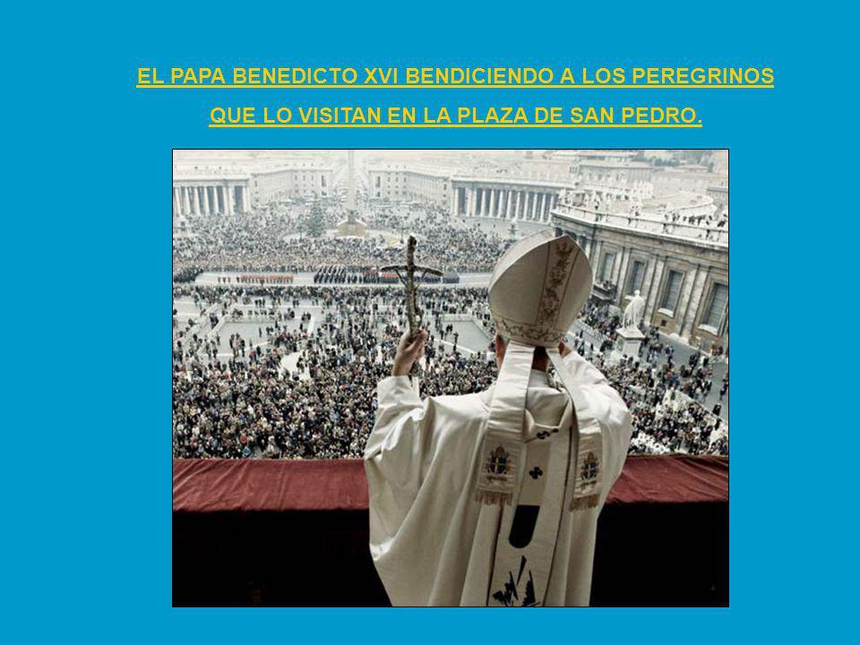 EL PAPA BENEDICTO XVI BENDICIENDO A LOS PEREGRINOS QUE LO VISITAN EN LA PLAZA DE SAN PEDRO.
