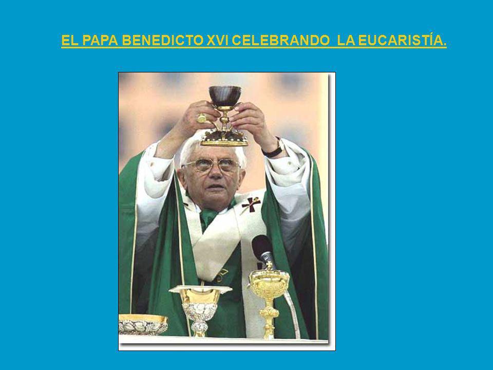 EL PAPA BENEDICTO XVI CELEBRANDO LA EUCARISTÍA.