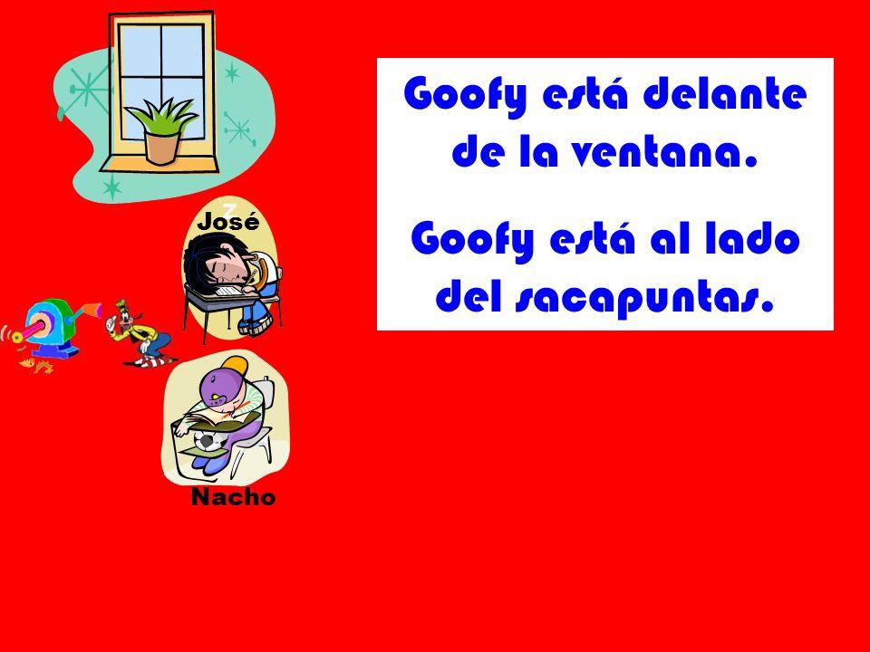 José Nacho Goofy está delante de la ventana. Goofy está al lado del sacapuntas.
